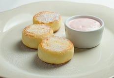 Panquecas do queijo com creme de leite fotografia de stock royalty free