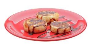 Panquecas do queijo com xarope de chocolate imagens de stock royalty free
