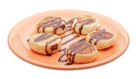 Panquecas do queijo com xarope de chocolate imagem de stock