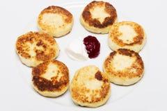 Panquecas do queijo no palte com doce e creme de leite Vista superior imagem de stock royalty free
