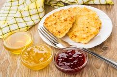 Panquecas do requeijão, bacias de doce de morango, mel, limão j imagem de stock royalty free