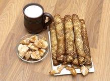 Panquecas do russo, caneca com leite e frango frito imagem de stock