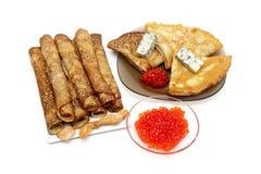 Panquecas do russo e caviar vermelho em um fundo branco fotos de stock