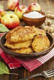 Panquecas doces com maçã imagens de stock royalty free