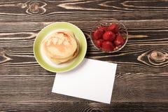 Panquecas doces com morango, cartão vazio Fotos de Stock