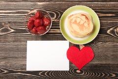 Panquecas doces, morango, coração, cartão Imagens de Stock Royalty Free
