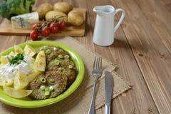 Panquecas dos brócolis com cebola, batatas e molho Imagem de Stock Royalty Free