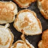 Panquecas douradas que frieding em um close-up da bandeja Imagens de Stock Royalty Free