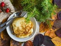 Panquecas e folhas de outono fotos de stock royalty free