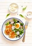 Panquecas e salada do ovo imagem de stock royalty free