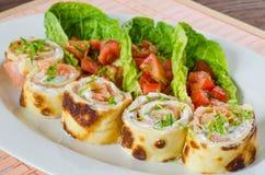 Panquecas enchidas com o salmão fumado com queijo fresco Imagens de Stock