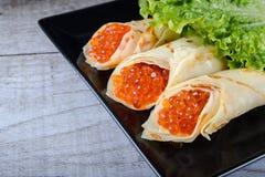 Panquecas enchidas pelo caviar dos salmões vermelhos horizontal fotografia de stock royalty free