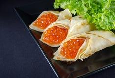 Panquecas enchidas pelo caviar dos salmões vermelhos horizontal imagem de stock royalty free