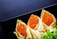 Panquecas enchidas pelo caviar dos salmões vermelhos horizontal imagens de stock royalty free