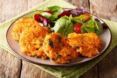 Panquecas friáveis do vegetariano do serviço com batata doce e v fresco imagens de stock royalty free