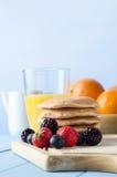Panquecas fruto e Juice Breakfast Imagens de Stock Royalty Free