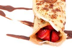 Panquecas isoladas com morango e chocolate Imagens de Stock