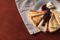 Panquecas, manteiga e doce em uma toalha Maslenitsa Uma pilha do panca Imagens de Stock Royalty Free