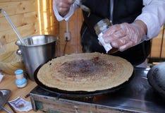 Panquecas - Palachinka, Palatschinke ou palacsinta é um crepe fino - variedade de panqueca Palatschinke é panquecas finas similar fotografia de stock