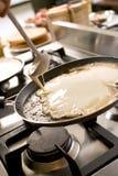 Panquecas que cozinham na chapa para assar do fogão quente Fotografia de Stock