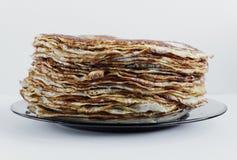 Panquecas saborosos brilhantes caseiros no fundo branco fotos de stock royalty free