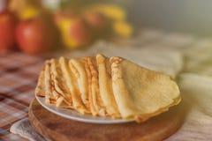 Panquecas saborosos com frutos no fundo Fotos de Stock