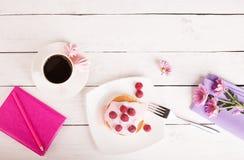 Panquecas saborosos com molho cor-de-rosa Fotografia de Stock Royalty Free