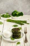 Panquecas verdes com brócolis, abobrinha, feijões verdes, aspargo foto de stock royalty free