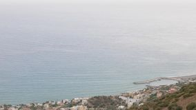 Panrama aéreo na vila do mar e no seascape do nivelamento, Keratokampos, Creta filme
