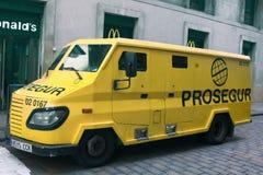 Pansarbil som transporterar pengar, kassa-och-värdesak-i-transport medel Pengarskydd Miljoner av euro flyttar sig tyst bland gala Arkivfoto