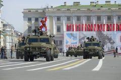 Pansarbilar som kan användas till mycket Tigr på repetition av ståtar i heder av Victory Day St Petersburg Royaltyfria Bilder