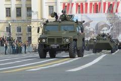 Pansarbiltigern som kan användas till mycket på slottfyrkanten för repetitionen av ståtar i heder av Victory Day saint Fotografering för Bildbyråer