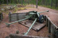 pansarvärns- vapen för 75-mm under det andra världskriget på positionen av den defensiva linjen Suomen Salpa Arkivbilder