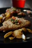 Panseared fisk med vertikala potatisar Royaltyfri Fotografi