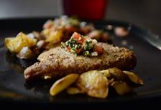 Pansearedvissen met aardappels Royalty-vrije Stock Foto's
