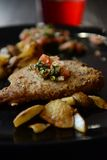 Pansearedvissen met aardappelsverticaal Royalty-vrije Stock Fotografie