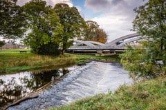 Pansport-Brücke unter Fluss Lossie-Wehr Stockfotos