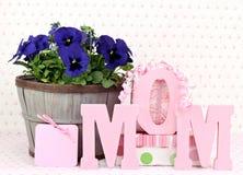Pansys et cadeaux pour la maman Photographie stock