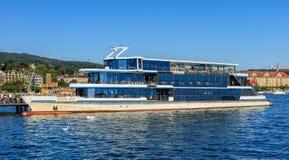 ` Panta Rhei在码头的`船在瑞士苏黎士 免版税库存照片