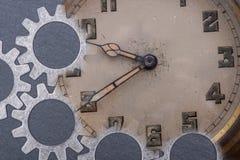 Panta rhei pojęcie: antyk, kieszeniowy zegarek i godzina metalu przekładnie na naturalnym kamieniu, stary, rocznik, zdjęcia stock