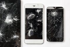 Pantalla agrietada de la fotografía negra móvil de la opinión superior de los vidrios del smartphone Fotografía de archivo