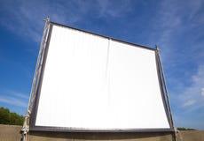 Pantalla blanca para el cine en al aire libre Imagen de archivo libre de regalías