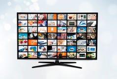 Pantalla con pantalla grande del televisor de alta definición ultra con la difusión video foto de archivo libre de regalías