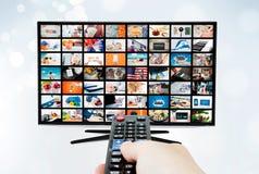 Pantalla con pantalla grande del televisor de alta definición ultra con la difusión video imagen de archivo libre de regalías