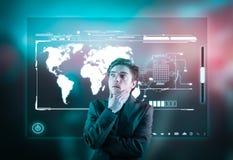 Pantalla de alta tecnología del hombre de negocios imagen de archivo