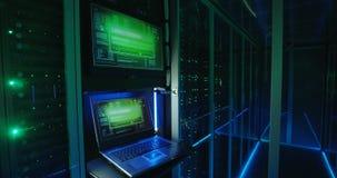 Pantalla de clave del ordenador en un centro de datos moderno almacen de video