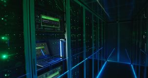 Pantalla de clave del ordenador en un centro de datos moderno metrajes