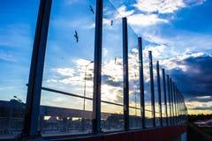 Pantalla de cristal fonoabsorbente a lo largo del camino en el centro de ciudad Contornos negros de pájaros sobre el vidrio Fondo Imagenes de archivo