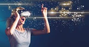 Pantalla de Digitaces con la mujer joven con VR imagenes de archivo