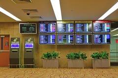 Pantalla de la información del vuelo en el aeropuerto Singapur de Changi del terminal 2 Imagen de archivo libre de regalías